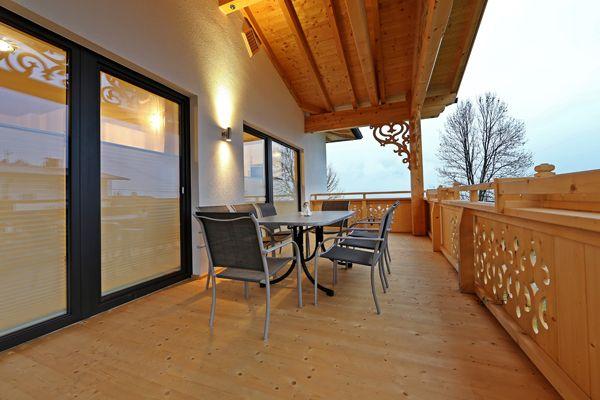 Terrasse mit Ausblick in die Berge des Zillertals